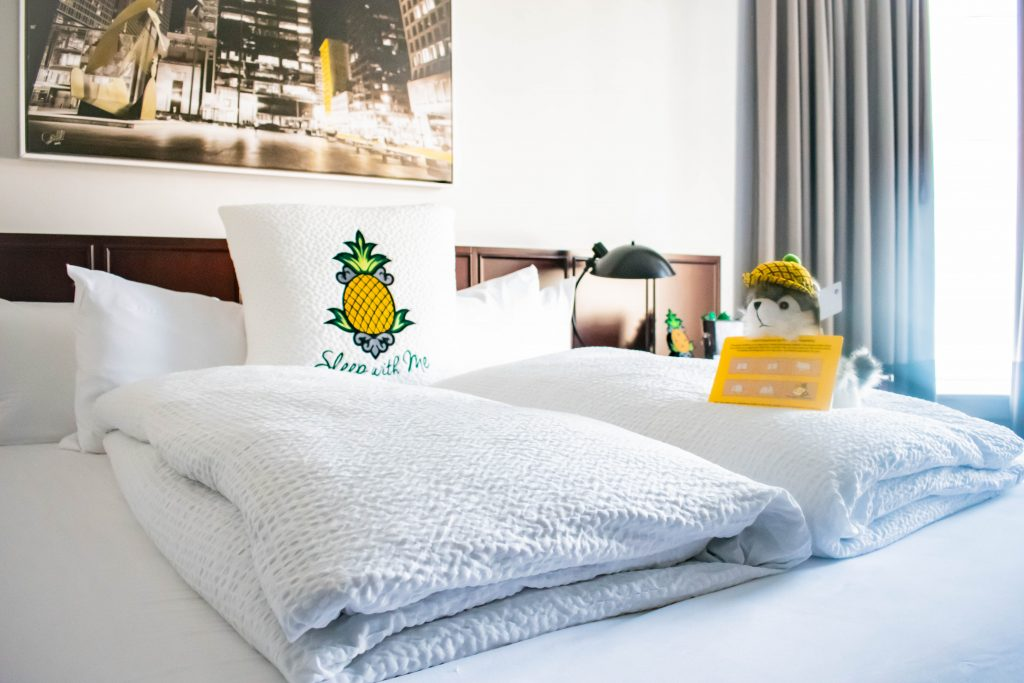 Staypineapple an iconic hotel in the loop chicago queen room bed affordable hotel