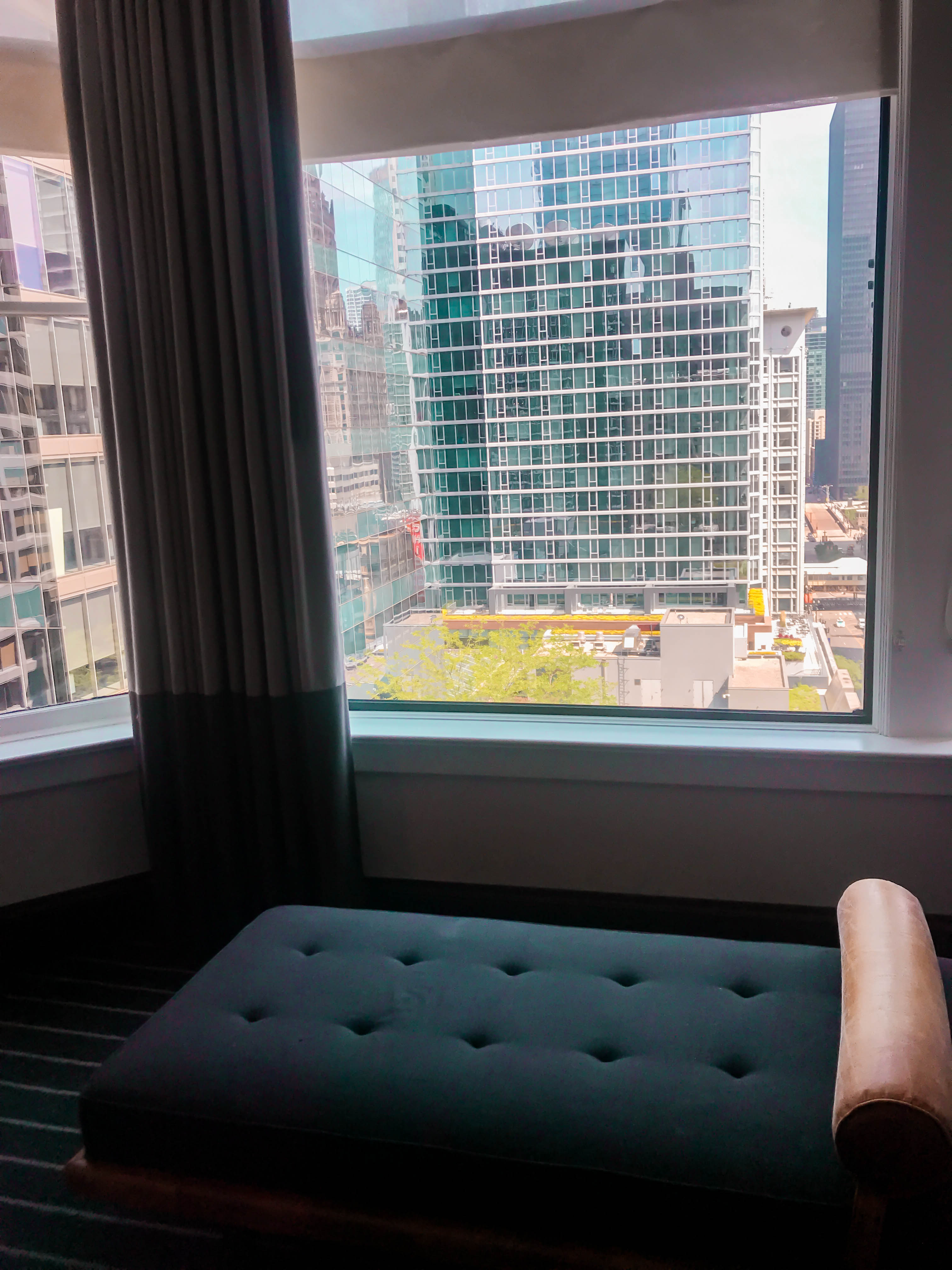 staypineapple an iconic hotel the loop chicago 14th floor queen room city view downtown