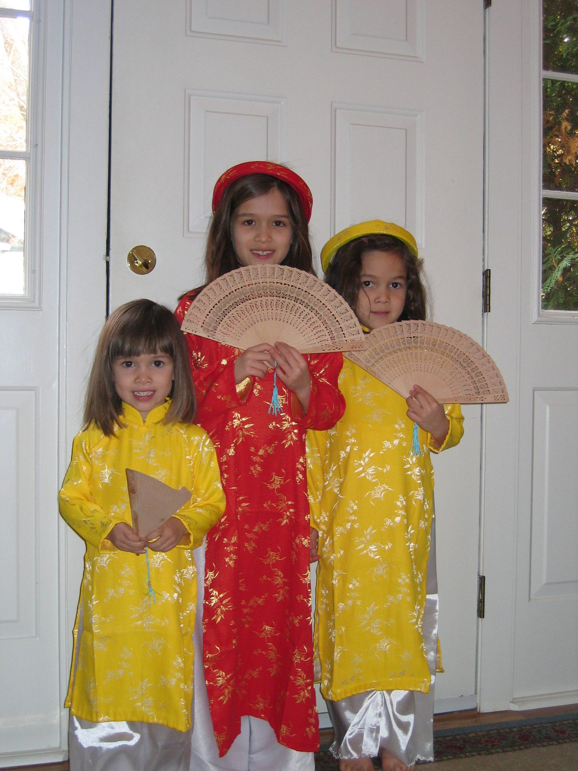 eva phan sisters isabella phan grace phane vietnamese girl ao dai khan dong wood fan vietnam traditional dress